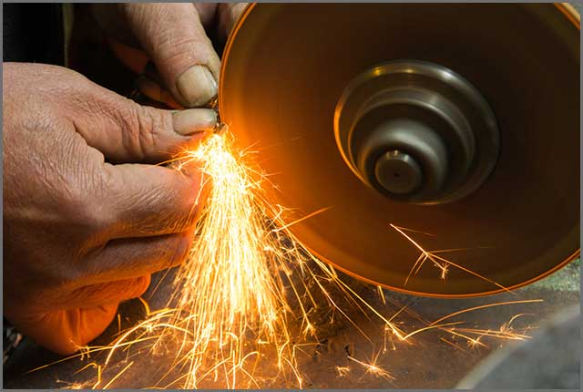 grinding the knife edge with a grinder