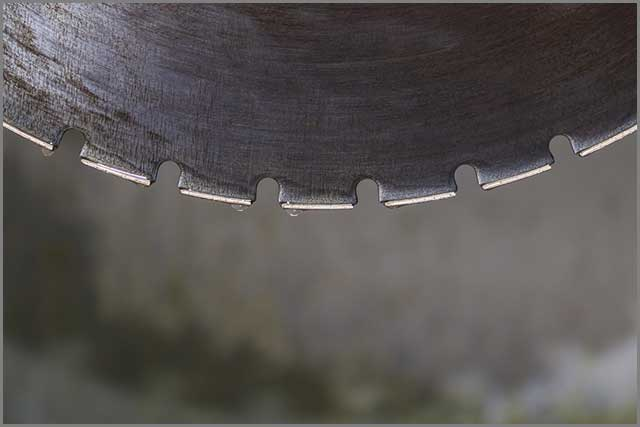 Diamond industrial saw blade with grooves