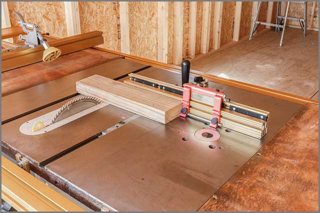 Miter fence on a table saw