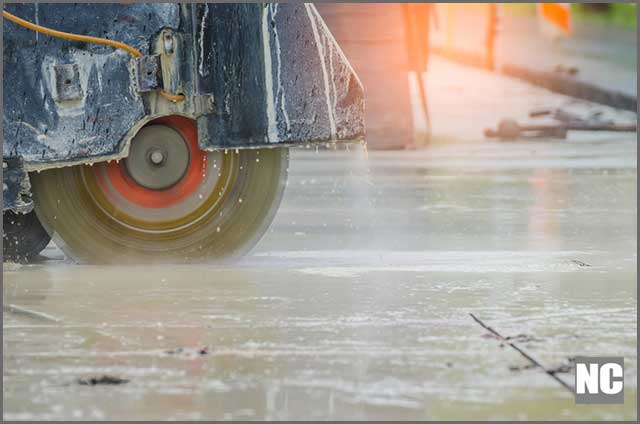 Wetness of saw reduces vibration on impact