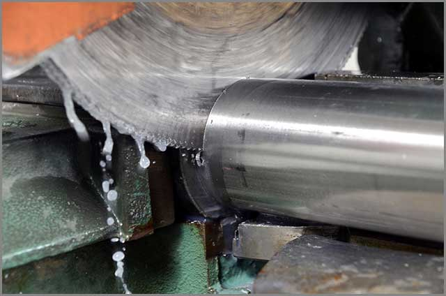 Lubrication of metal blade while cutting
