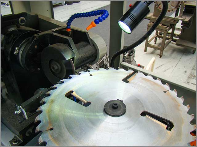 Ongoing automatic saw blade sharpening process