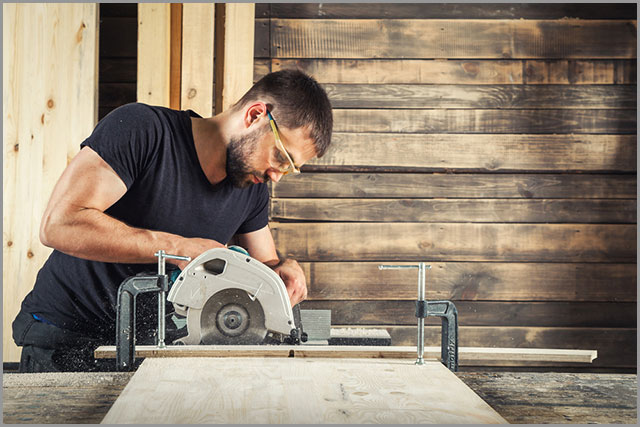 How to Cut Wood--Cutting a wooden board with a circular saw
